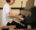 •دروس لتعليم العزف على آلة البيانو بإساليب التدريس الحديثة.